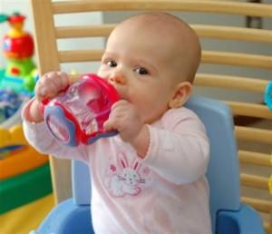 bebe-tomando-agua