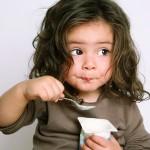 niña comiendo