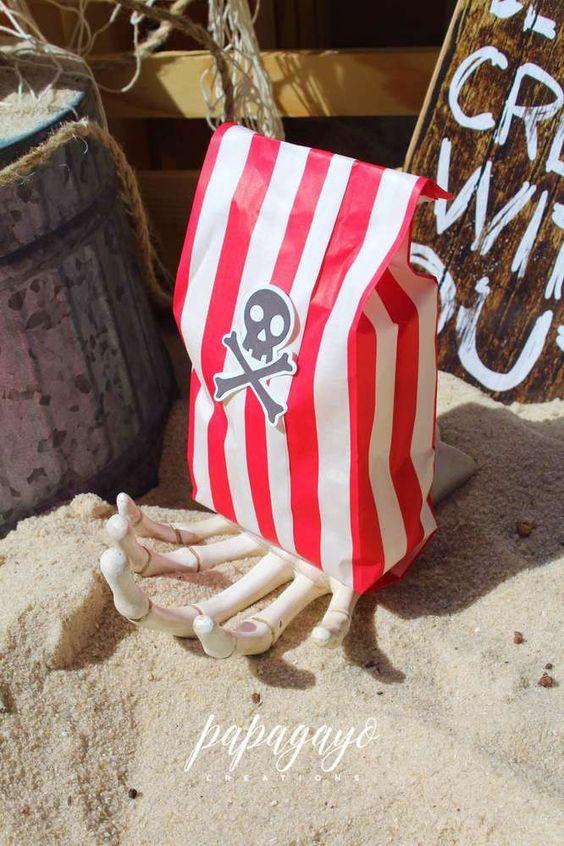 0d3e2e425 ... si no queremos gastar tanto dinero, podemos hacer las bolsas nosotras  mismas con papeles de colores y pegar la marca pirata del caribe: