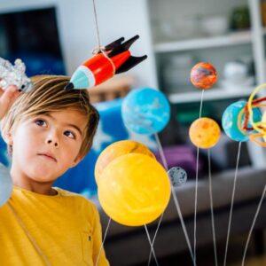nino jugando astronauta planetas c 0