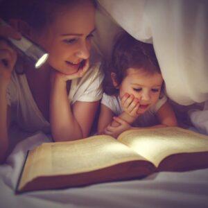 Leer cuentos a los niños antes de dormir 700x498