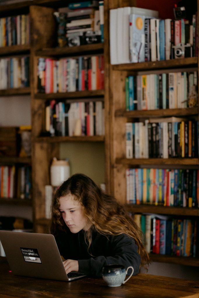 Ayuda a tus hijos a estudiar en línea de forma divertida